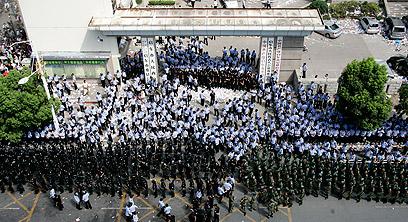 השוטרים ניצבים סביב משרדי הממשלה  (צילום: AP) (צילום: AP)
