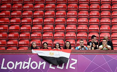 אוהדי מצרים והמושבים הריקים במשחק בין מצרים לניו זילנד (צילום: AP) (צילום: AP)