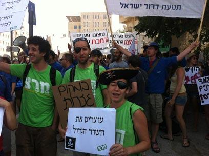 מפגינים מול משרד ראש הממשלה, הבוקר בירושלים (צילום:  אלון הוטר  ) (צילום:  אלון הוטר  )