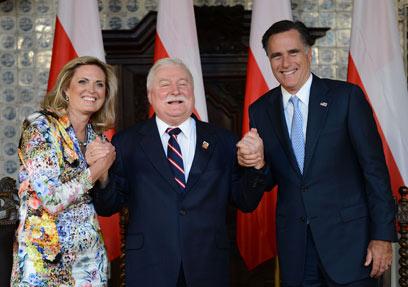 ולנסה עם בני הזוג רומני בעת ביקורם בפולין בשנה שעברה (צילום: AFP) (צילום: AFP)