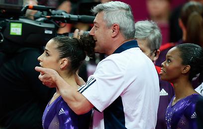 גם המאמן של רייזמן התרגש מההישג (צילום: AP)