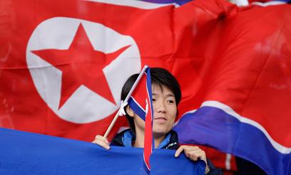 אוהד צפון קוריאני במשחקים האולימפיים (צילום: AP) (צילום: AP)