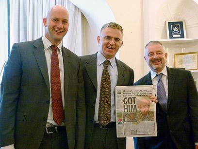 """השגריר בלונדון (במרכז) עם שני עיתונאי ה""""סאן"""" (צילום: אמיר אופק, דובר השגרירות ) (צילום: אמיר אופק, דובר השגרירות )"""