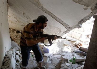 לחימה קשה. אחד המורדים בחלב (צילום: רויטרס) (צילום: רויטרס)