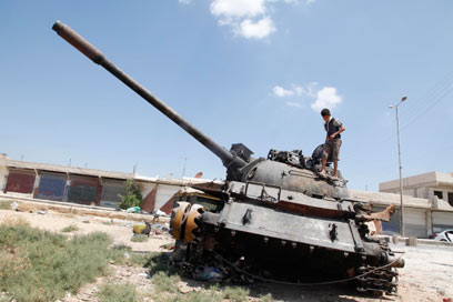 טנק בחלב. גם ילדים משתתפים בלחימה (צילום: AP) (צילום: AP)