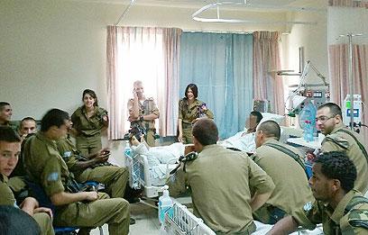 מחווה של החברים והמפקדים, הבוקר (צילום באדיבות: בית החולים העמק ) (צילום באדיבות: בית החולים העמק )