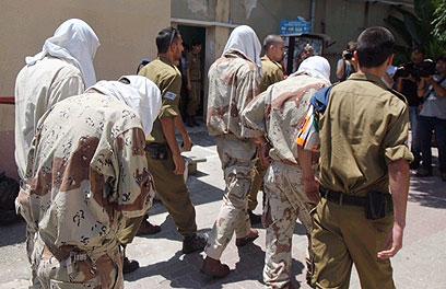 החיילים החשודים במעשה מובאים להארכת מעצר (צילום: מוטי קמחי) (צילום: מוטי קמחי)