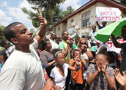 מפגינים במרכז הקליטה בשבוע שעבר (צילום: גיל יוחנן) (צילום: גיל יוחנן)
