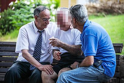 ראש העיר נשר דוד עמר מנחם את אבי הנרצחת. נשר, היום (צילום: אבישג שאר-ישוב) (צילום: אבישג שאר-ישוב)