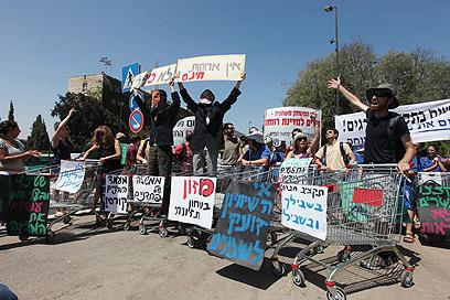 המפגינים חסמו לסירוגין את הכניסה למשכן (צילם: גיל יוחנן) (צילם: גיל יוחנן)