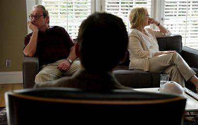 """מריל סטריפ וטומי לי ג'ונס ב""""תקווה בהופ ספרינגס"""". לצאת מהשגרה (מתוך הסרט)"""