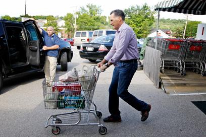 בונה על ניסיונו במגזר הפרטי והעסקי. רומני מסיים מסע קניות בסופרמרקט (צילום: AP) (צילום: AP)