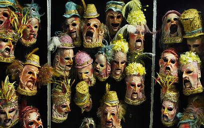 תלבושות פאות ואביזרים. מאחורי הקלעים של סירק דה סוליי   (צילום: גיא פריבס)