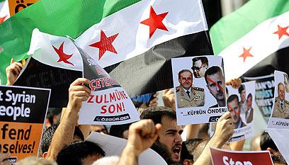 מפגינים נגד אסד בגבול טורקיה (צילום: EPA) (צילום: EPA)