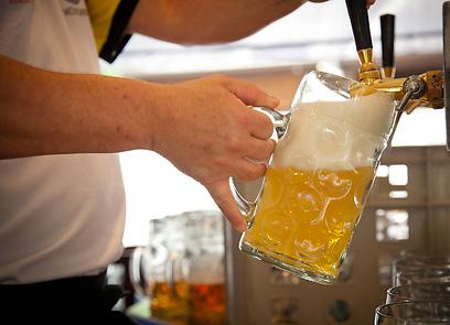 בירה יש אבל מה יש לנשנש? (צילום: תום להט) (צילום: תום להט)