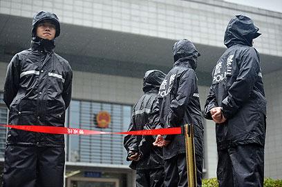 אבטחה גדולה. שוטרים מחוץ לבית המשפט בעיר הפיי (צילום: AFP) (צילום: AFP)