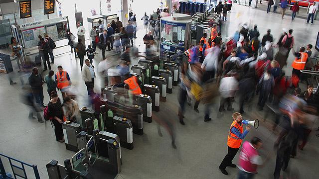 נוסעים ממהרים ליעדם בתחנה המרכזית בלונדון (צילום: gettyimages) (צילום: gettyimages)