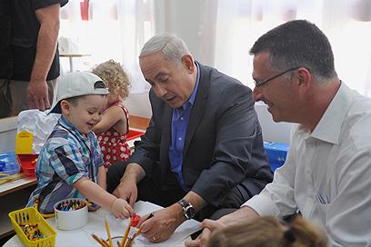 """ראש הממשלה ושר החינוך בסיור חינוכי. """"יכולת פעולה מוגבלת"""" (צילום: בני דויטש)"""