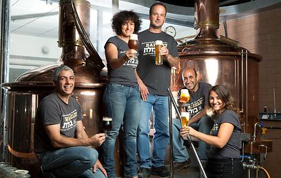 טלי לוין וצוות עובדי מבשלת הגולן (צילום: כפיר חרבי) (צילום: כפיר חרבי)