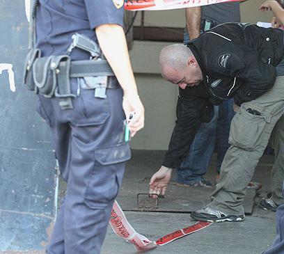 האשה נמצאה שותתת דם, כשעל גופה סימני אלימות קשים (צילום: עופר עמרם) (צילום: עופר עמרם)