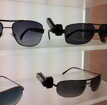 אירוקה. משקפיים עם ידיות אימתניות + משקפיים שנעולים בארונות ()