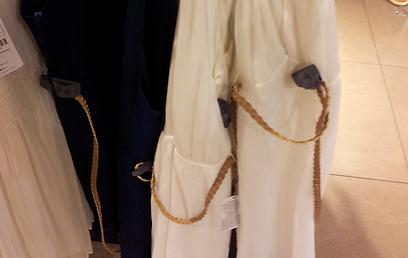 בזארה ומנגו: זמזם על הבגד וזמזם נוסף על החגורה. איך אפשר למדוד את זה? ()