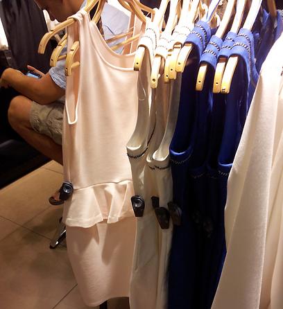 זארה. הזמזמים תקועים באמצע השמלה ()