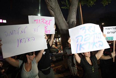 """המפגינים מתחת ביתו של שר הביטחון. """"זה ייצא משליטה"""" (צילום: מוטי קמחי) (צילום: מוטי קמחי)"""