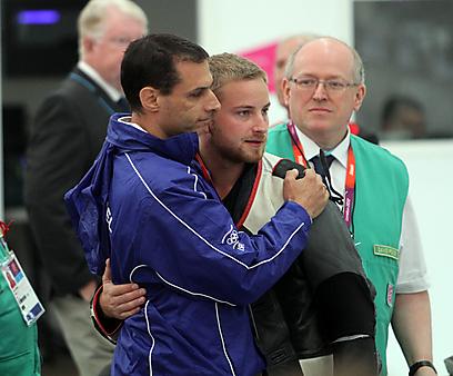 סרגיי ריכטר עם מאמנו, רגע לאחר שהחמיץ את הגמר בנקודה (צילום: אורן אהרוני) (צילום: אורן אהרוני)