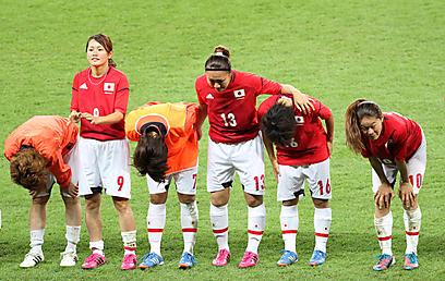 """כך מפסידים. שחקניות יפן קדות לקהל אחרי ה-2:1 לארה""""ב בגמר (צילום: אורן אהרוני) (צילום: אורן אהרוני)"""