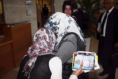בנות המשפחה הפלסטינית בדיון קודם בבית המשפט (צילום: מוטי קמחי) (צילום: מוטי קמחי)