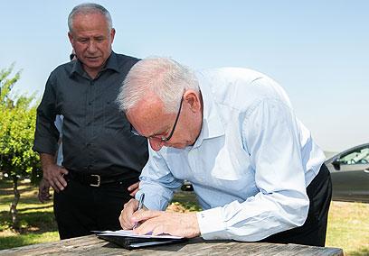 ריבלין מקבל את מכתב ההתפטרות של דיכטר (צילום: אוהד צויגנברג) (צילום: אוהד צויגנברג)