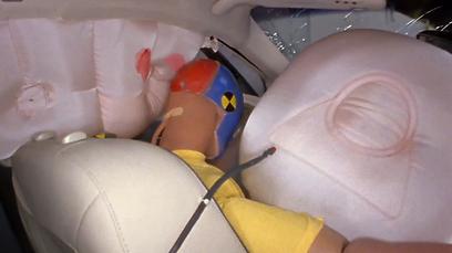 כרית האוויר הקדמית בלינקולן MKZ זזה - ראש הבובה פספס