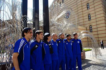 שחקני הנבחרת ליד בית הכנסת בבודפשט (צילום: EPA) (צילום: EPA)