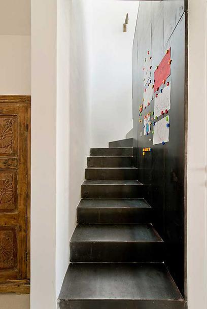 המדרגות עשויות פלדה ומשמשות בין היתר כתצוגה כיפית של ציורי הבנות (צילום: בועז לביא ויונתן בלום)