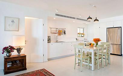 המטבח: חלוקת החלל החדש יצרה מרחב פתוח ומואר (צילום: בועז לביא ויונתן בלום)