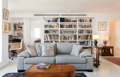 הסלון: הצבע הלבן מהווה רקע מושלם לרהיטים ולשטיחים הייחודיים של בעלי הבית (צילום: בועז לביא ויונתן בלום)