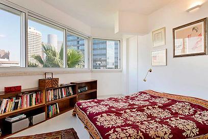 חדר השינה: בחדר ההורים בולטים גם חפצי הנוי הייחודיים וגם הנוף המרהיב (צילום: בועז לביא ויונתן בלום)