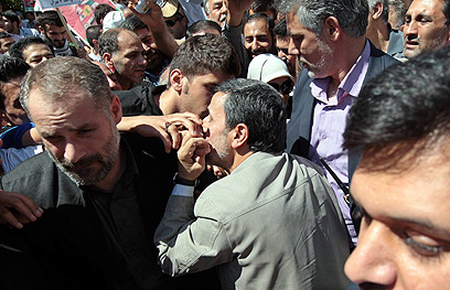 אחמדינג'אד מנשק את תומכיו (צילום: EPA) (צילום: EPA)
