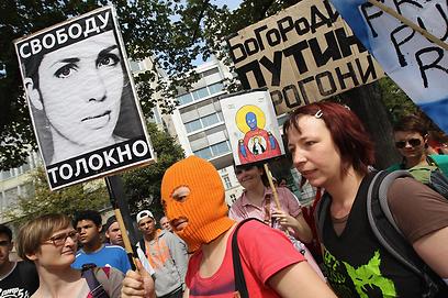 מפגינים בברלין למען הלהקה (צילום: gettyimages) (צילום: gettyimages)
