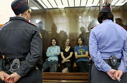 """חברות להקת """"פוסי ריוט"""" בבית משפט. מאבקן יצית משהו גדול יותר?  (צילום: AP) (צילום: AP)"""