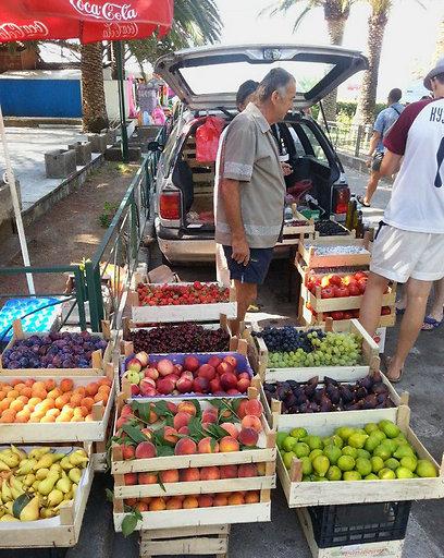 מה שוקוטפים - זה מה יש. ארגזי פירות בצדי הדרך (צילום: אורית בן אדרת)