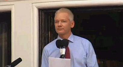 נאם מהמרפסת. אסאנג' בשגרירות אקוודור בלונדון (צילום מסך) (צילום מסך)