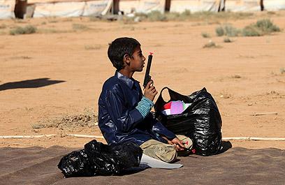 מאות אלפים נטשו את המדינה הערבית. ילד סורי במחנה פליטים בירדן (צילום: AP) (צילום: AP)