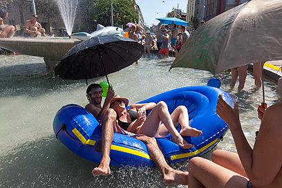 השווייצרים מצאו שימוש למטריות. ז'נבה (צילום: EPA) (צילום: EPA)