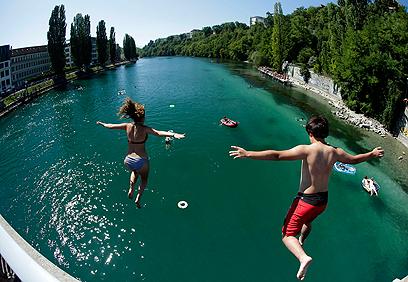 קפיצות למים נרשמו גם בנהר ריין. ז'נבה (צילום: רויטרס) (צילום: רויטרס)