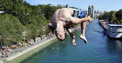 האמיצים באמת קפצו מגשר. נהר לימאט, ציריך (צילום: EPA) (צילום: EPA)