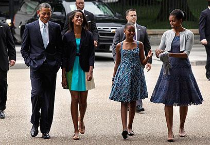 """משפחת אובמה בדרך לכנסייה. """"המפקדת העליונה של בנותיי (צילום: רויטרס) (צילום: רויטרס)"""