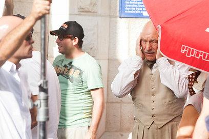 """פטריק סטיוארט על סט הצילומים של """"לצוד פילים"""". כמה רעש (צילום: אוהד צויגנברג) (צילום: אוהד צויגנברג)"""