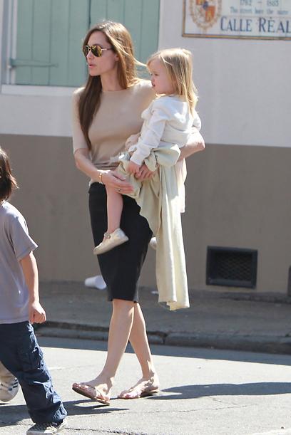 אנחנו חושבים שאודיה יותר דומה לה. אנג'לינה ג'ולי ובתה ויויאן (צילום: MCT) (צילום: MCT)